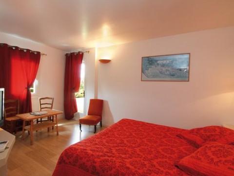 Val Baussenc Hôtel trois étoiles : 23 chambres, confortables et climatisées en Provence avec vue dégagée sur la campagne, au calme. Relais du Silence