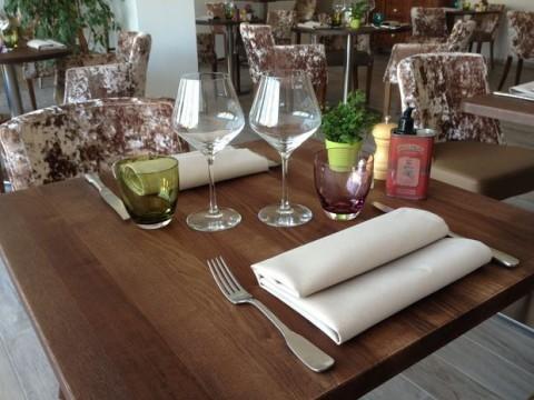Val Baussenc, restaurant de spécialités locales et provençales. Les saveurs de la Provence s'invitent sous la treille ou dans le restaurant en pierre des Baux.